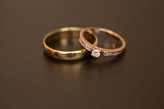 Alianças de casamento em uma tabela Imagem de Stock Royalty Free
