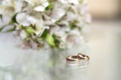 Alianças de casamento em uma tabela de vidro Foto de Stock