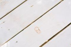 Alianças de casamento em uma textura de madeira branca Imagem de Stock Royalty Free