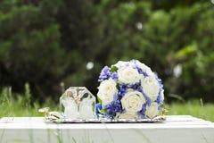 Alianças de casamento junto com a decoração Imagens de Stock