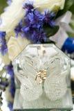 Alianças de casamento junto com a decoração Imagens de Stock Royalty Free