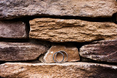 Alianças de casamento na borda da rocha Foto de Stock Royalty Free