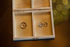 Alianças de casamento na caixa de madeira Imagens de Stock Royalty Free