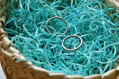 Alianças de casamento na cesta de vime imagens de stock