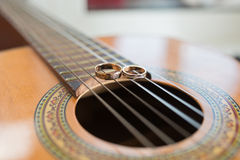 Alianças de casamento na guitarra Fotos de Stock Royalty Free