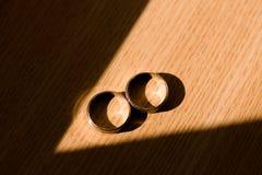 Alianças de casamento na luz do sol Imagens de Stock Royalty Free