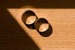 Alianças de casamento na luz do sol Fotografia de Stock Royalty Free