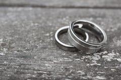 Alianças de casamento na madeira velha Foto de Stock