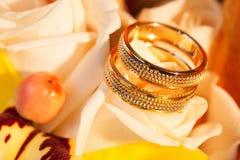 Alianças de casamento na rosa do amarelo da flor Imagens de Stock