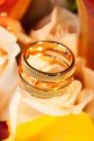 Alianças de casamento na rosa do amarelo da flor Imagens de Stock Royalty Free