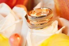 Alianças de casamento na rosa do amarelo da flor Fotos de Stock