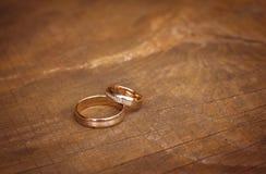 Alianças de casamento na tabela, vista superior imagens de stock royalty free