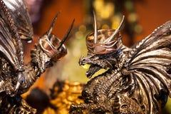 Alianças de casamento nas cabeças dos dragões Fotos de Stock Royalty Free