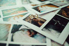Alianças de casamento nas fotos Fotografia de Stock Royalty Free