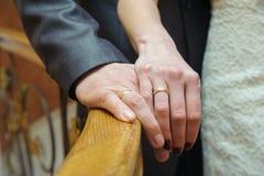 Alianças de casamento nas mãos Foto de Stock
