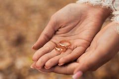Alianças de casamento nas mãos da noiva Fotos de Stock Royalty Free