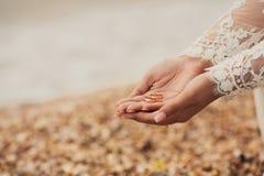 Alianças de casamento nas mãos da noiva Imagens de Stock Royalty Free