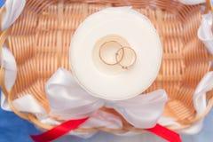 Alianças de casamento nas tomadas, vista superior Imagens de Stock