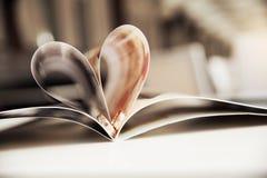 Alianças de casamento no coração foto de stock