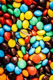 Alianças de casamento no doces redondos coloridos fotos de stock