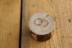 Alianças de casamento no fundo de madeira Fotografia de Stock Royalty Free