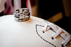 Alianças de casamento no futebol Fotos de Stock