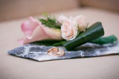 Alianças de casamento no laço do noivo Fotografia de Stock Royalty Free