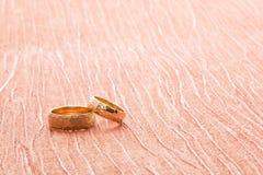 Alianças de casamento no material Imagem de Stock