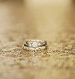 Alianças de casamento no ouro imagem de stock royalty free