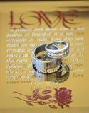 Alianças de casamento no vidro espelhado Fotos de Stock Royalty Free