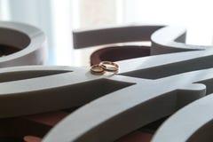 Alianças de casamento perto da janela que espera a noiva fotos de stock royalty free