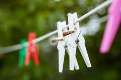 Alianças de casamento que penduram em uma corda imagens de stock
