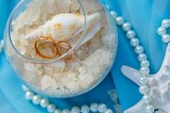 Alianças de casamento, tema náutico, estrela do mar e pérola fotografia de stock