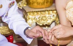 Alianças de casamento vestindo da esposa fotografia de stock