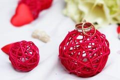 Alianças de casamento, decoração e ramalhete nupcial sobre o branco Fotos de Stock Royalty Free