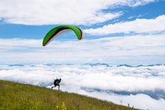 Aliante all'inizio sopra le nuvole Fotografia Stock Libera da Diritti