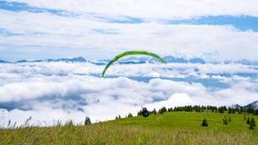 Aliante all'inizio sopra le nuvole Fotografia Stock