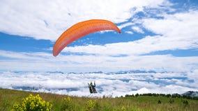 Aliante all'inizio sopra le nuvole Immagini Stock