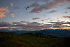 Aliante alle alpi davanti ad un tramonto sbalorditivo Fotografia Stock Libera da Diritti