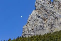 Aliante contro le alpi svizzere e chiaro cielo blu vicino a Oeschinensee (lago Oeschinen), su Bernese Oberland, la Svizzera Fotografia Stock Libera da Diritti
