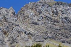 Aliante contro le alpi svizzere e chiaro cielo blu vicino a Oeschinensee (lago Oeschinen), su Bernese Oberland, la Svizzera Immagini Stock Libere da Diritti
