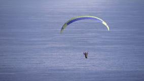 Aliante di Para che va alla deriva in venti sopra Cape Town video d archivio