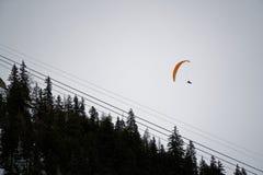 Aliante in montagne coperte di neve e di foresta di inverno vicino a Mont Blanc Alpes, Italia Immagini Stock Libere da Diritti