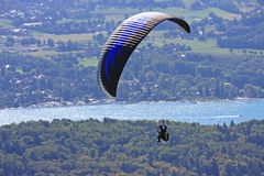 Aliante sopra il lago Annecy Immagini Stock
