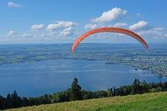 Aliante sopra la città di Zugo, lo Zugersee e le alpi svizzere, Svizzera Immagine Stock