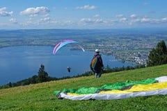 Aliante sopra la città di Zugo, lo Zugersee e le alpi svizzere, Svizzera Fotografia Stock