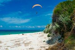 Aliante sopra la spiaggia di Kalamitsi fotografia stock