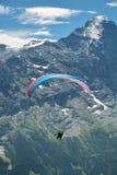Aliante sotto la sommità di Eiger nelle alpi di Bernese Fotografie Stock