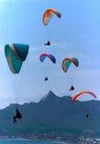 Alianti di Para che salgono sopra le montagne Fotografie Stock