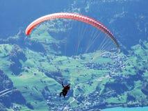 Alianti sulla catena di montagna Churfirsten e sul lago di cui sopra Walensee fotografia stock